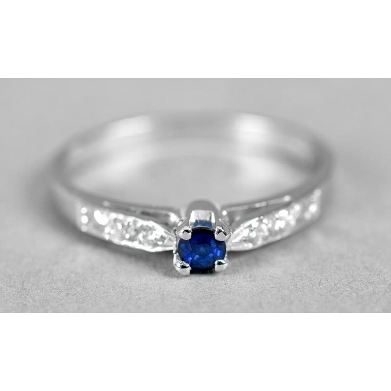 da5c62f6029d ... Anillo de compromiso en oro blanco de 18 quilates modelo Imperial con  diamantes y zafiro