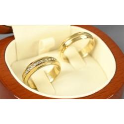 Argollas en oro amarillo diseño plano con diamantes
